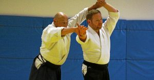 Manuel Ernot et Bertrand à l'oeuvre sur le tatami, pas de mouvements violents, pas de chutes brutales, des gestes souples comme une choréhgraphie